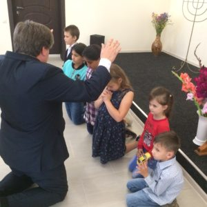 Благословение детей в церкви г. Железногорска
